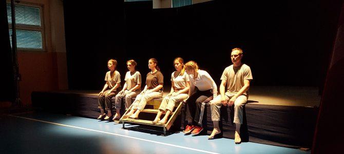 Needless: il dono teatrale della Lettonia